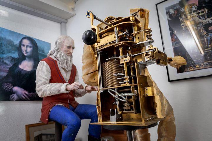 L'automate représentant Léonard de Vinci dans l'atelier d'automates de François Junod, à Sainte-Croix, en Suisse, en janvier 2021. (FABRICE COFFRINI / AFP)