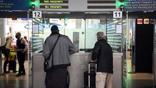 Des voyageurs lors d'un contrôle d'identité à l'aéroport parisien deRoissy Charles-de-Gaulle, le 1er février 2021. (CHRISTOPHE ARCHAMBAULT / AFP)
