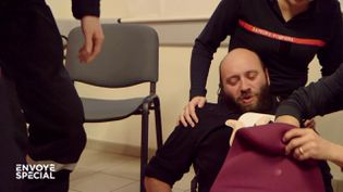 Quand les pompiers se mettent dans la peau d'une femme qui accouche pour pallier la fermeture des maternités (ENVOYÉ SPÉCIAL  / FRANCE 2)