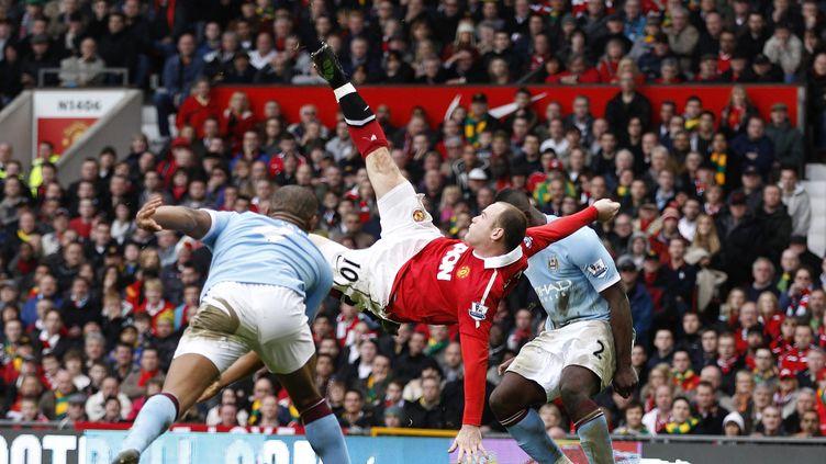 Geste spectaculaire pour Wayne Rooney, en plein derby mancunien. (? DARREN STAPLES / REUTERS / X01323)
