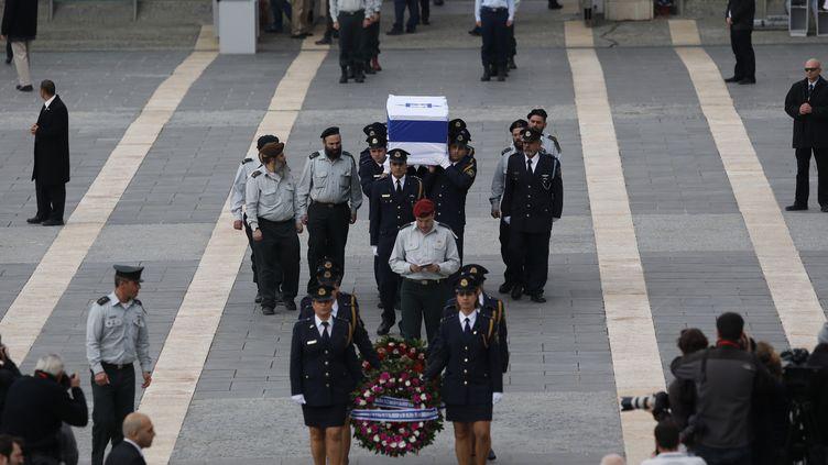 Le cercueil d'Ariel Sharon a été transporté, dimanche, par des membres de la Knesset, le Parlement israélien,où plusieurs milliers de personnes attendaient de pouvoir rendre hommage à l'ancien Premier ministre. (DARREN WHITESIDE / REUTERS)