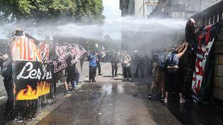 Les forces de l'ordre ont utilisé des jets d'eau pour empêcher les manifestants de pénétrer dans la préfecture à Nantes, samedi 3 août 2019, lors d'un rassemblement pour dénoncer les violences policières. (JEAN-FRANCOIS MONIER / AFP)