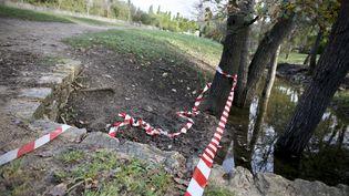 Un ruban de la police près de l'étang de Fontmerledans un parc de Mougins (Alpes-Maritimes), le 26 décembre 2019, au lendemain de la découverte sur place d'un corps partiellement dénudé et brûlé. (MAXPPP)