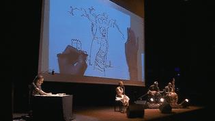 La chanteuse malienne Rokia Traoré et le dessinateur catalan Rubén Pellejero réunis sur scène pour un concert dessiné  (Culturebox - capture d'écran)