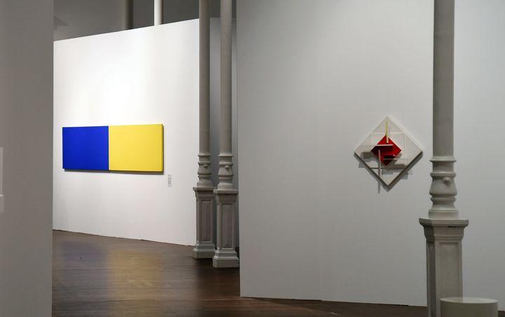 """Deux oeuvres d'autres artistes, amis de François Morellet exposées dans cette rétrospective de Chambéry : """"Two Panels : blue-yellow"""" d'Eilsworth Kelly et""""Composition spatio-temporelle"""" de Jean Gorin.  (JEAN-PIERRE CLATOT / AFP)"""