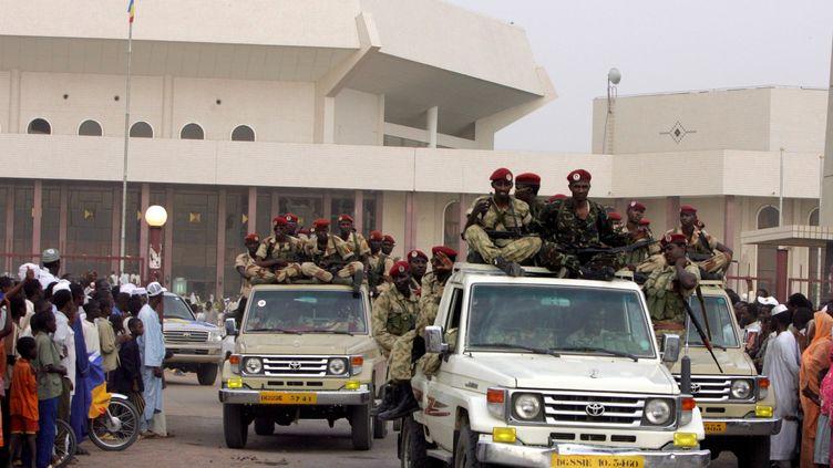 La garde présidentielle devant le siège du Parlement à N'djamena, le 1er mai 2006. (ISSOUF SANOGO / AFP)