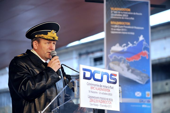 """L'Amiral Viktor Chirkov, à Saint-Nazaire (Loire-Atlantique), à l'occasion d'une sortie du """"Vladivostock"""", assemblé sur les chantiers navals STX, le 15 octobre 2013. (FRANK PERRY / AFP)"""