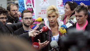 Frigide Barjot, leader de la Manif pour tous, opposants à la loi sur le mariage des homos, interviewés par des télévisions le vendredi 24 mai à Paris. (FRED DUFOUR / AFP)