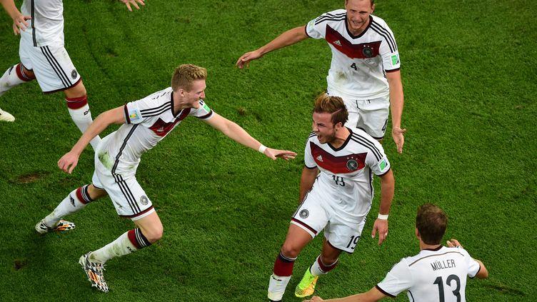 Mario Götze est félicité par ses coéquipiers après avoir ouvert le score en finale de la Coupe de monde, dimanche 13 juillet à Rio de Janeiro (Brésil). (FRANCOIS XAVIER MARIT / AFP)