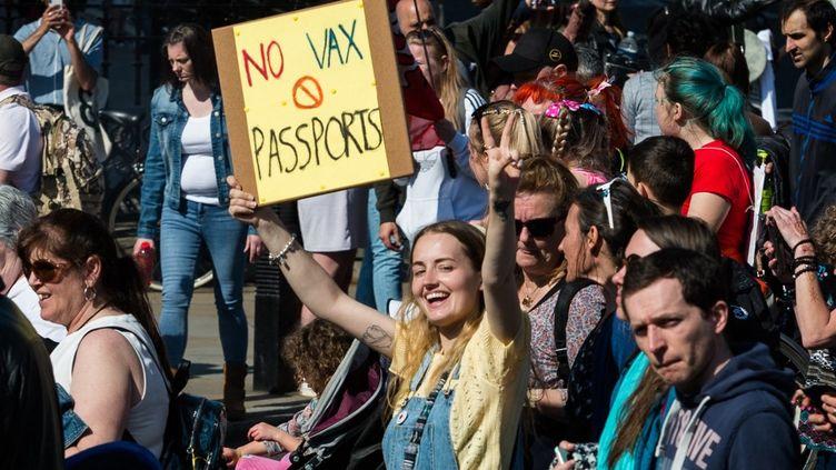 Des milliers de manifestants ont marché à Londres (Royaume-Uni)le 24 avril 2021contre les restrictions sanitaires imposées dans le cadre de la lutte contre le Covid-19. (WIKTOR SZYMANOWICZ / NURPHOTO / AFP)