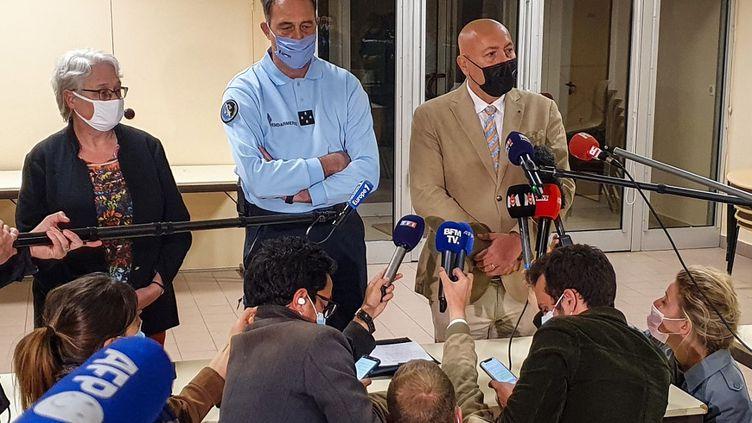 Leprocureur (à droite) lors d'un point presse au tribunal judiciaire de Nîmes, le 25 juin 2021. (SOFIANE OUANES / AFP)