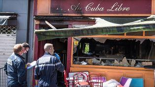Des policiers enquêtent après l'incendie dans un bar de Rouen (Seine-Maritime), dans la nuit du 5 au 6 août 2016. (MAXPPP)