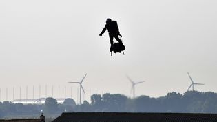 L'inventeur marseillais Franky Zapata a traversé la Manche sur son Flyboard Air dimanche 4 août 2019. (DENIS CHARLET / AFP)