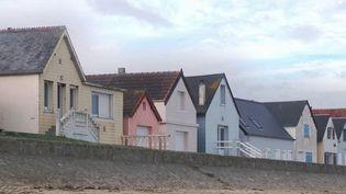 Les équipes de France Télévisions vous proposent de partir à la découverte des très prisées cabines de plage de Ravenoville, près de Sainte-Mère-Eglise (Manche). (France 3)