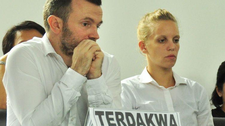 Les journalistes français Thomas Dandois et Valentine Bourrat lors d'une audience au tribunal de Jayapura (Indonésie), le 23 octobre 2014. (INDRAYADI / AFP)
