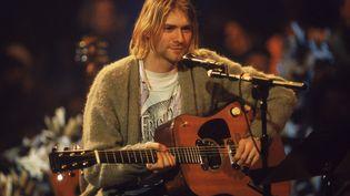 """Le chanteur et guitariste américain Kurt Cobain (1967 - 1994) durant le concert """"MTV Unplugged"""" de son groupe Nirvana, le 18 novembre 1993 à New York (Etats-Unis). (FRANK MICELOTTA ARCHIVE / HULTON ARCHIVE / GETTY)"""