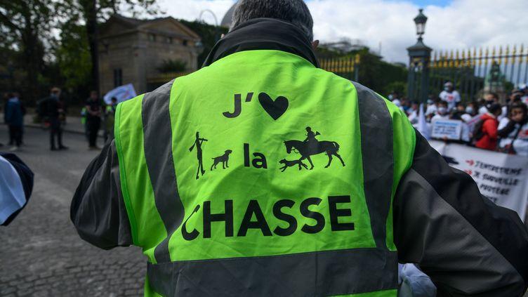 Une manifestation pour défendre la pêche et la chasse, le 22 mai 2021 à Paris. (JEROME LEBLOIS / HANS LUCAS)