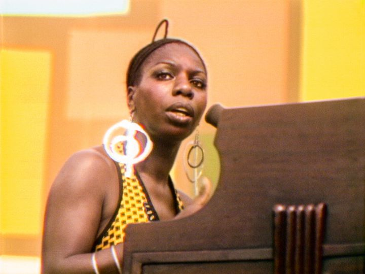"Nina Simone sur scène au Harlem Cultural Festival (New York, Etats-Unis) en 1969, dans le documentaire ""Summer of Soul"" (2021). (PHOTO COURTESY OF SEARCHLIGHT PICTURES. © 2021 20th Century Studios All Rights Reserved)"