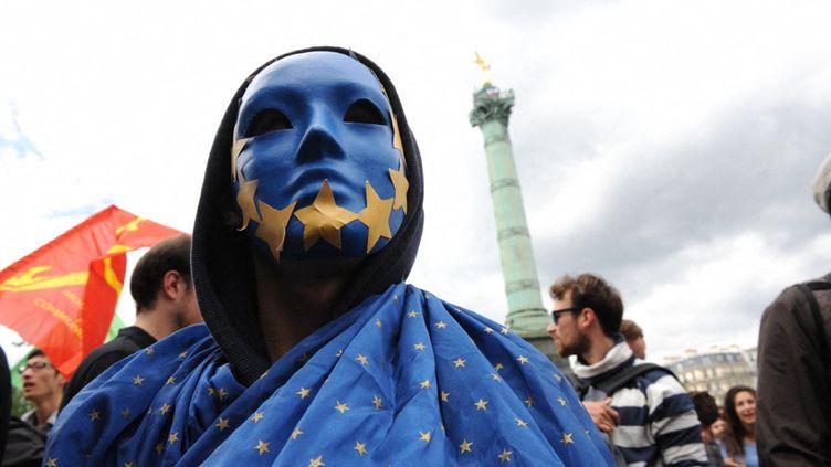 Un manifestant est déguisé avec les symboles du drapeau européen, le 29 mai 2014 à Paris, lors d'une manifestation à l'appel d'organisations de lycéens, d'étudiants, de groupes de gauche et d'extrême gauche, après le résultat des élections européennes. (NATHANAEL CHARBONNIER / FRANCE-INFO)