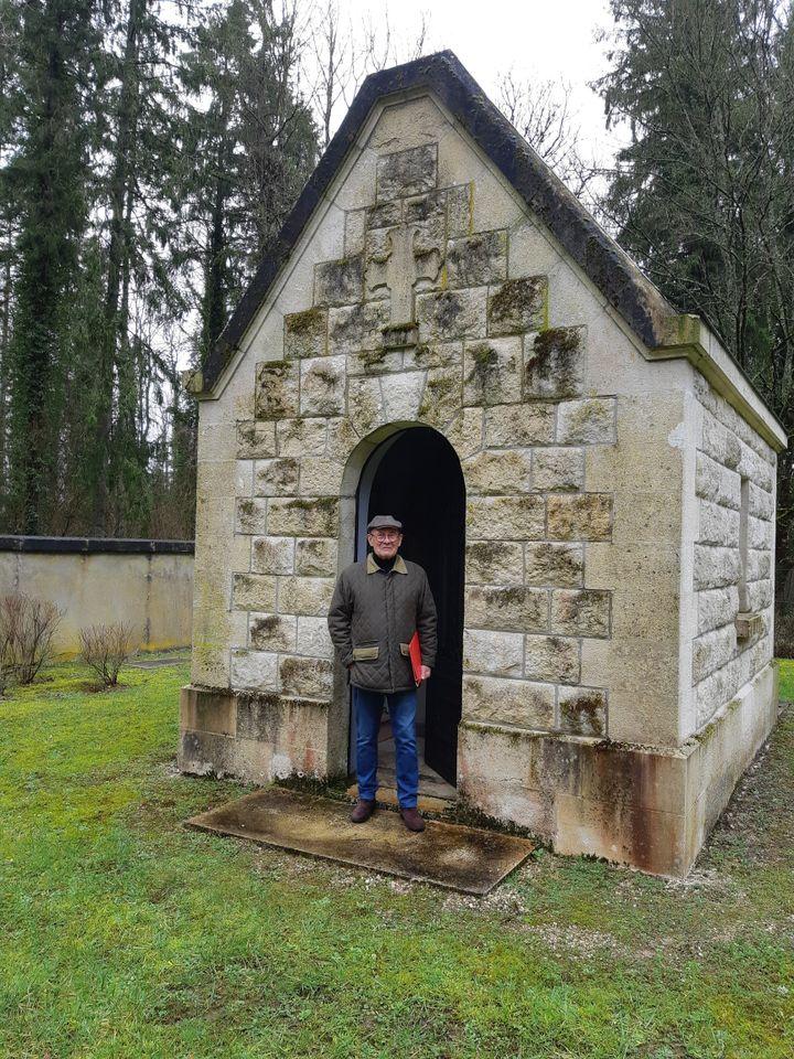 Jean Lavigne, maire deCumières-Le-Mort-Homme, devant la chapelle de la commune. Seul monument reconstruit dans le village après les bombardemants de la première guerre mondiale. (JÉRÔME JADOT / RADIO FRANCE)