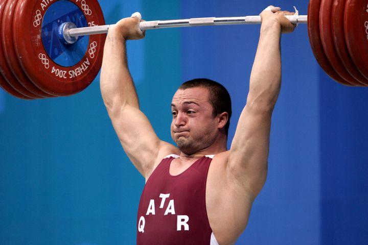 L'haltérophile qatari Said Saif Asaad lors des JO de 2004 à Athènes (Grèce). Il s'appellait Angel Popov quand il était bulgare. (FAYEZ NURELDINE / AFP)