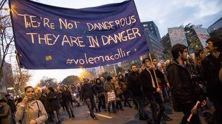 Près de 160 000 manifestants ont défilé à Barcelone (Espagne) samedi 18 février en faveur des migrants. (ALBERT LLOP / ANADOLU AGENCY)
