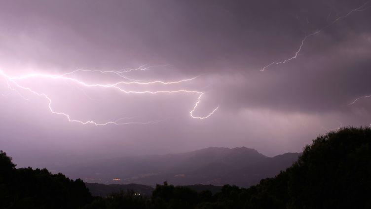 Un éclair au-dessus de San Pietro, près d'Ajaccio, en Corse, le 9 août 2013. (PASCAL POCHARD CASABIANCA / AFP)