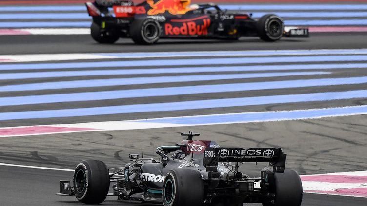 Lewis Hamilton et Max Verstappen se sont encore livrés une grande bataille lors du Grand Prix de France. (NICOLAS TUCAT / AFP)