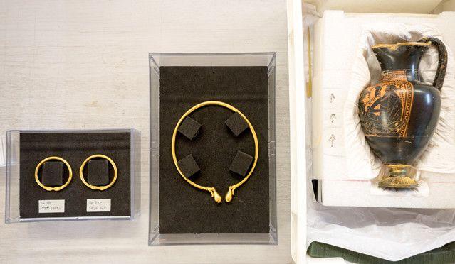 Le torque, les bracelets en or et le pichet grec, découverts lors des fouilles de Lavau (Aube), sont présentés dans un laboratoire du C2RMF.  (Denis Gliksman - Inrap)