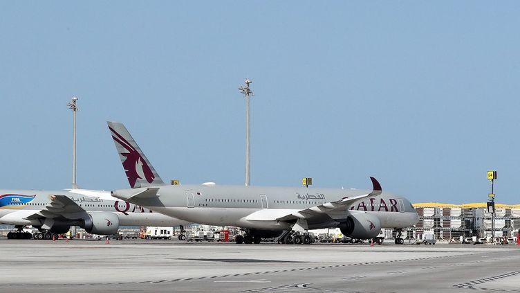 Un avion au départ de l'aéroport de Doha, au Qatar, le 1er avril 2020. (KARIM JAAFAR / AFP)