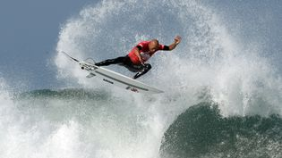 L'Américain Kelly Slater surfe sur les vagues d'Hossegor (Landes), le 27 septembre 2014. (JEAN-PIERRE MULLER / AFP)