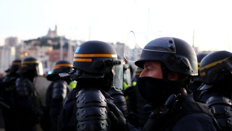 """Des CRS à Marseille, lors d'une manifestation des """"gilets jaunes"""", le 1er décembre 2018. (VALERIE VREL / MAXPPP)"""