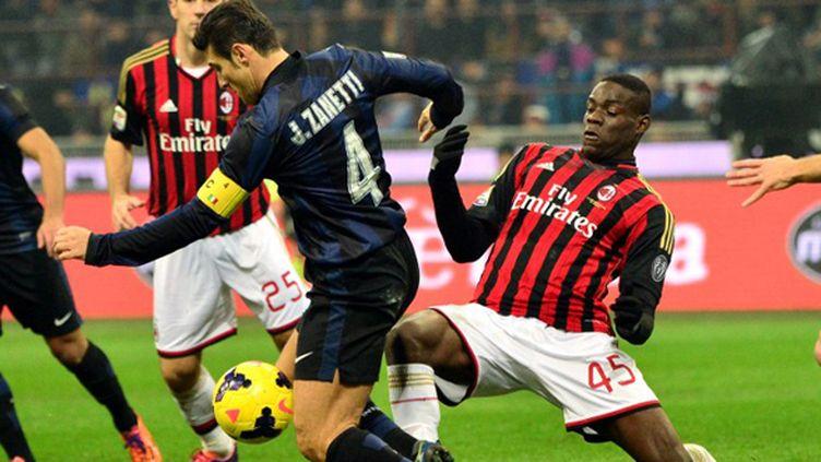 Javier Zanetti (Inter Milan) face à Mario Balotelli (Milan AC) (GIUSEPPE CACACE / AFP)