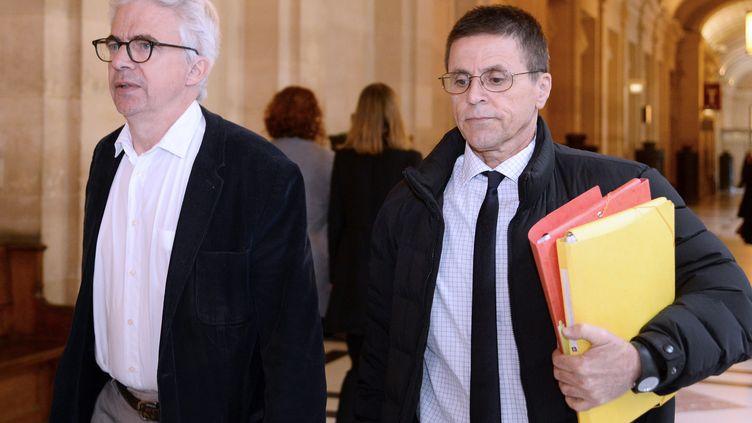 Hassan Diab (à droite) et son avocat, le 24 mai 2016 à Paris. (BERTRAND GUAY / AFP)