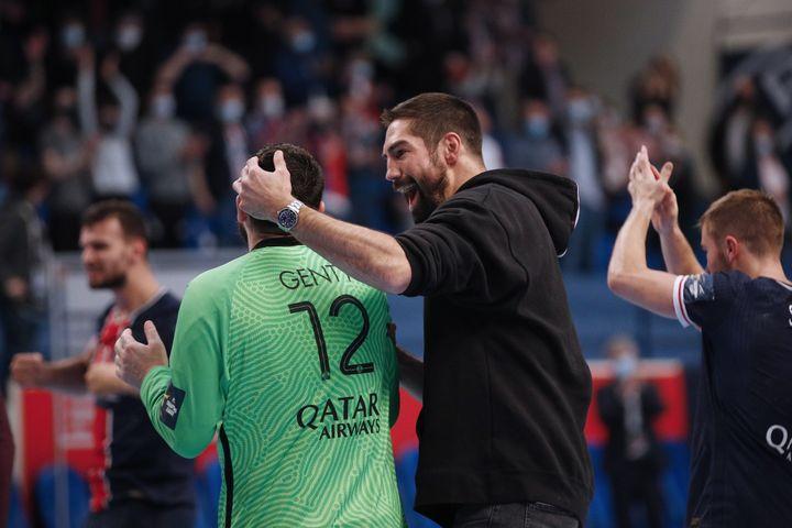 Nikola Karabatic célèbre avec Yann Genty la qualification du PSG en demi-finales de la Ligue des champions après sa victoire contre Kiel, le 19 mai 2021. (YOAN VALAT / EPA)