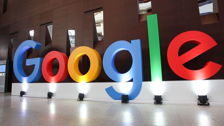 Le logo deGoogle devant un immeuble du géant américain, le 10 septembre 2019, àShanghai (Chine). (LU LIANG / IMAGINECHINA / AFP)
