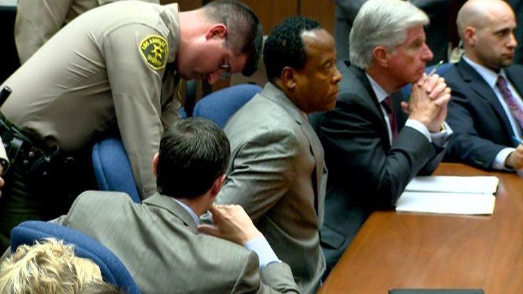 Conrad Murray est resté impassible à l'annonce du verdict. (AFP PHOTO / TV POOL FRAME GRAB)