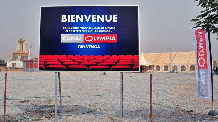 Entrée d'un complexe cinématrographique géré par Canal Olympia (Bolloré) à Ouagadougou (capitale du Burkina Faso). Photo prise le 24 février 2017. (AHMED OUOBA / AFP)