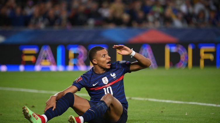 La frustration de Kylian Mbappé après la prestation décevante des Bleus face à la Bosnie-Herzégovine, le 1er septembre à Strasbourg. (FRANCK FIFE / AFP)