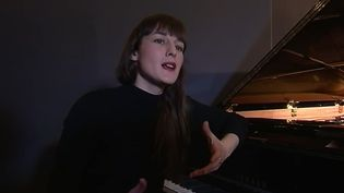 La jeune chanteuse Juliette Armanet débarque sur le devant de la scène. Avec ses chansons d'amour mélancoliques, elle rappelle Véronique Sanson. (France 3)
