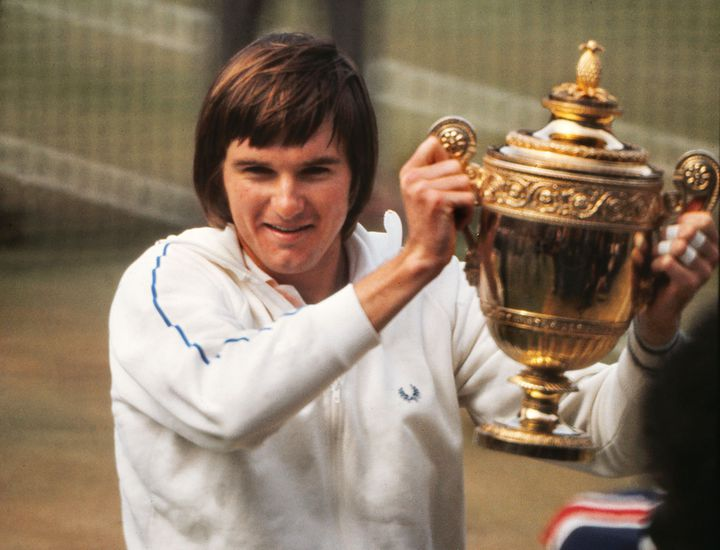 Jimmy Connors soulève le trophée de Wimbledon en 1974, quelques semaines après avoir manqué Roland-Garros. (COLORSPORT/SIPA)