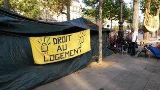 """Une banderole du mouvement """"Droit au logement"""", à Paris, le 6 août 2015. (ALPHA CIT / CITIZENSIDE / AFP)"""