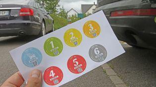 Les vignettes correspondent à différents niveaux de pollution des voitures. (JEAN-FRANCOIS FREY / MAXPPP)