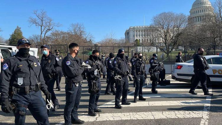 Des policiers devant le Capitole, le 13 janvier 2021, à Washington. (ARTUR GABDRAHMANOV / SPUTNIK)