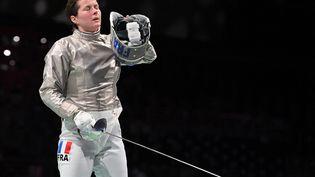 Cécilia Berder lors de sa défaite en 16es de finale de l'épreuve individuelle de sabre, le 26 juillet 2021 à Tokyo (Japon). (FABRICE COFFRINI / AFP)