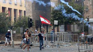 Des manifestants marchent contre le gouvernement à Beyrouth, le 8 août 2020. (ANWAR AMRO / AFP)