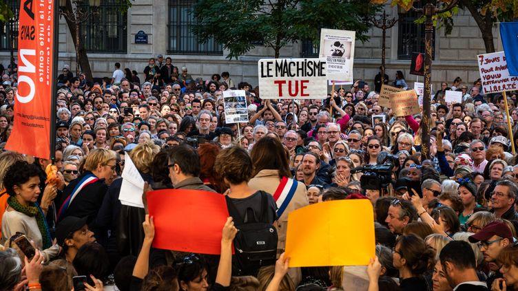 Des centaines de personnes sont rassemblées à Paris, le 7 octobre 2018, pour lutter contre les violences faites aux femmes. (KARINE PIERRE / HANS LUCAS / AFP)