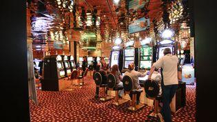 Des personnes jouent au casino d'Aix-en-Provence (Bouches-du-Rhône), le 18 avril 2011. (MAXPPP)