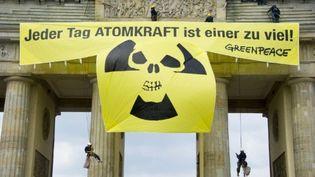Des militants de Greenpeace manifestent contre le nucléaire au sommet de la porte de Brandebourg à Berlin le 29-11-3011 (AFP - ODD ANDERSEN)