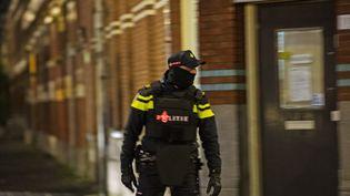 Un policier néerlandais à Rotterdam (Pays-Bas) lors de l'arrestation d'Anis Bahri, un Français de 32 ans soupçonné de préparer un attentat en France, le 27 mars 2016. (MARTEN VAN DIJL / ANP MAG / AFP)
